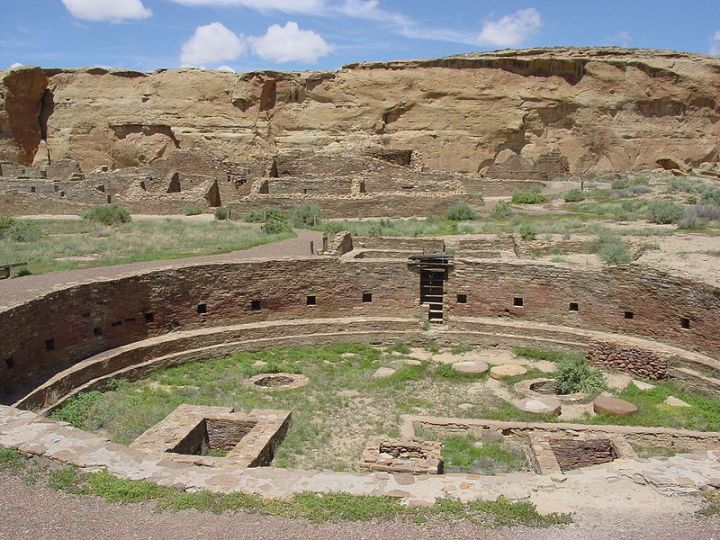 800px-Chaco_Canyon_Chetro_Ketl_great_kiva_plaza_NPS
