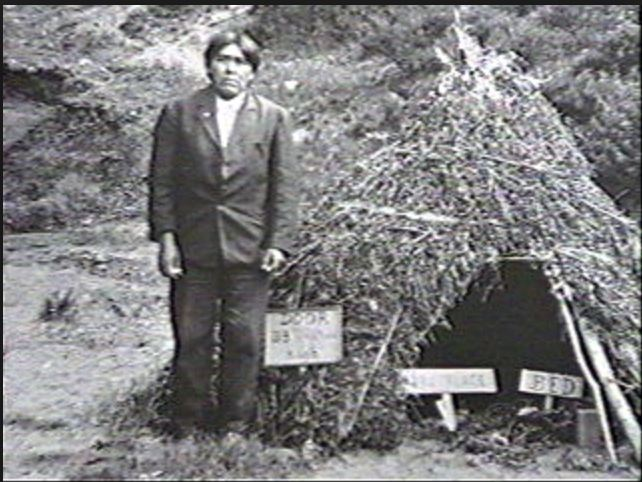 Ishi poserend voor hut